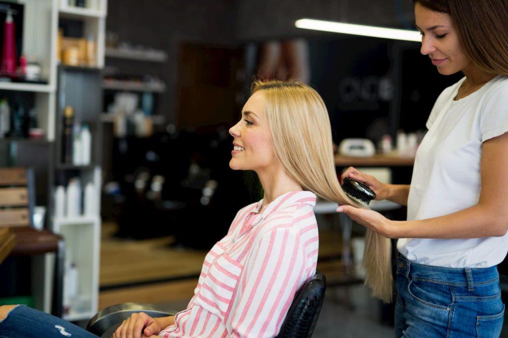 przedłużanie włosów w salonie